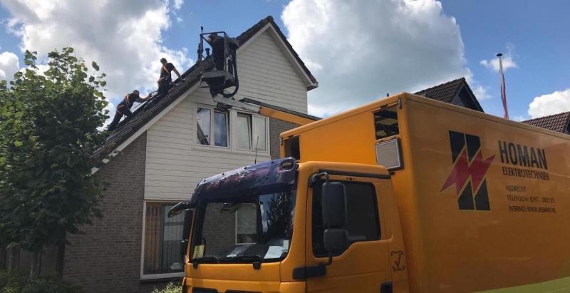 Medewerkers van Homan moesten hun eigen dak op.